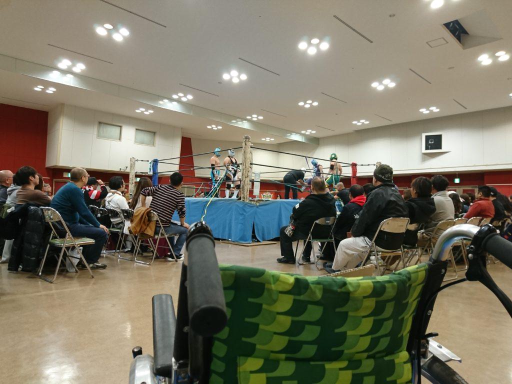 K君(車椅子)と一緒に琉球ドラゴンプロレスの皆さんを応援